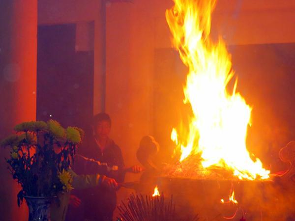 Cháy bát hương là điềm báo gì